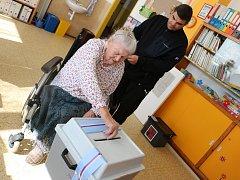 Starší dáma je na své volební právo hrdá a volby si nikdy nenechá ujít.