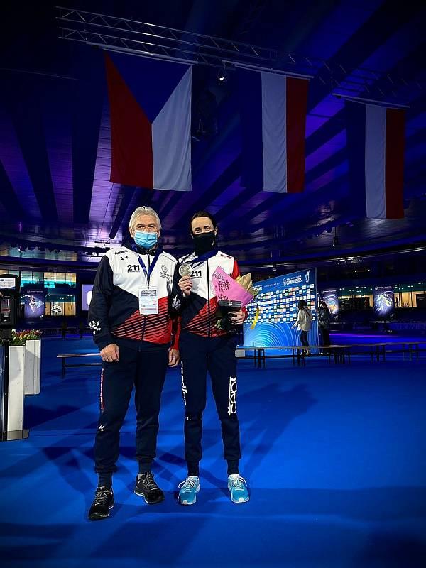 Martina Sáblíková s trenérem Petrem Novákem po zisku stříbrné medaile na MS 2021.