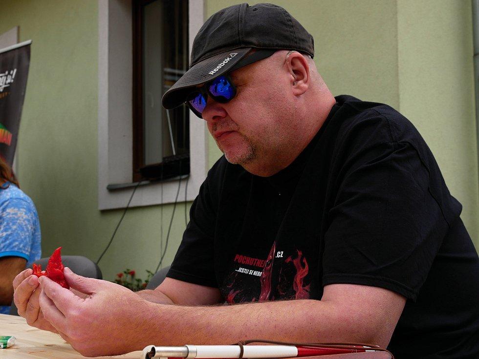 Ve Vírském Chilli Drakovi změřilo své síly deset příznivců pálivých pokrmů. Postupně vypadávali ti, kteří již nemohli v konzumaci předkládaného menu pokračovat. Na snímku vítěz Radim Řehůřek.