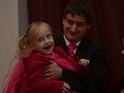 Na benefiční ples v Malé Losenici, konaný na podporu čtyřleté holčičky s dětskou mozkovou obrnou, přišlo kolem sto čtyřiceti lidí. Užila si jej i Natálka s rodiči.