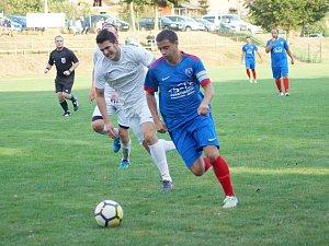 Už ve 4. kole na sebe na podzim narazili fotbalisté domácí Radešínské Svratky (v modrém) a rezervy FC Žďas (v bílém).