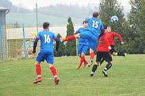 V utkání mezi hráči Koutů (v červených dresech) a Radešínské Svratky (v modrém) se body dělily.