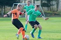 Hráči Bobrové (vlevo u míče) v neděli zvládli derby na půdě béčka Nové Vsi, kde hlavně díky třem gólům z prvního poločasu zvítězili 3:2.