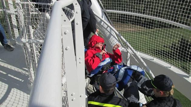 Handicapovaná dívka Michaela Zdráhalová z Tělovýchovné jednoty Dětského střediska Březejc se za pomoci schodolezu a hasičů dostala až na dvaatřicet metrů vysokou vyhlídkovou plošinu rozhledny na Fajtově kopci.