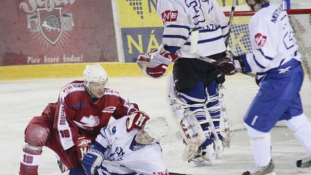 Stejně jako na snímku z duelu proti Kolínu zasadili žďárští hráči i Jindřichovu Hradci v závěru utkání tvrdý štulec. V poslední minutě dvěma brankami rozhodli o výhře.