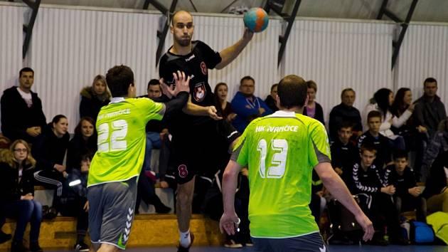 Vyrovnanou bitvu o první místo tabulky rozhodl dvěma góly v závěru velkomeziříčský Vítězslav Večeřa.