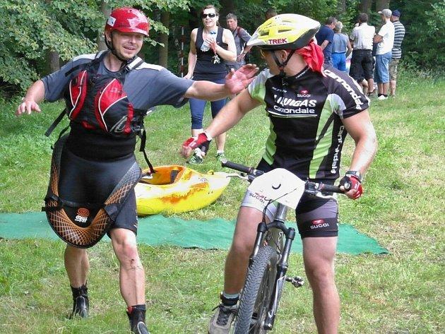 Triatlon v Ujčově má specifickou podobu. Plaveckou část pořadatelé tradičně zaměňují za jízdu na kajaku, do kterého závodníci usednou až po běžecké části.