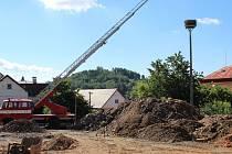 Čápi z komína zbourané pekárny na jaře obsadili nové hnízdo, které jim radnice nechala připravit jen o několik desítek metrů dál od jejich původního bydliště.