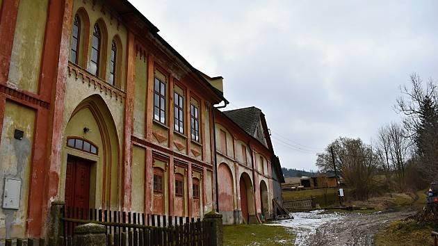 Nejvýraznější dominantou Borovnice je dům postavený v novogotickém stylu.