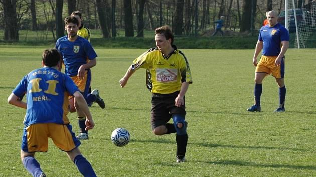 Fotbalisté Měřína (v modrém) měli I. A třídu na dosah ruky. Nováček soutěže ale v posledním zápase v Telči totálně selhal a nechal tak na postupovém místě Rapotice, které přitom v sezoně dvakrát porazil.