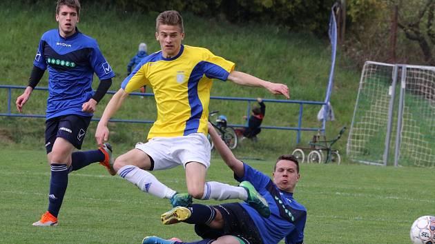 Dravost a tah na branku patří k velkým devízám fotbalového útočníka Ondřeje Starého (ve žlutém dresu).