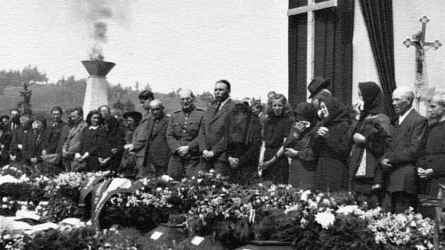 Společný pohřeb všech obětí se v Meziříčí odehrál 13. května 1945.