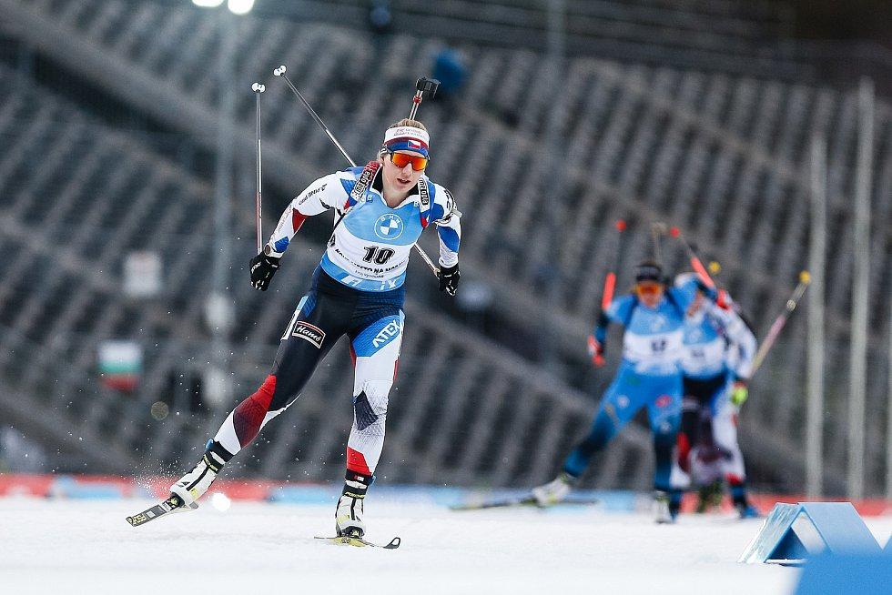 Lucie Charvátová v závodu Světového poháru v biatlonu - stíhací závod žen na 10 km.