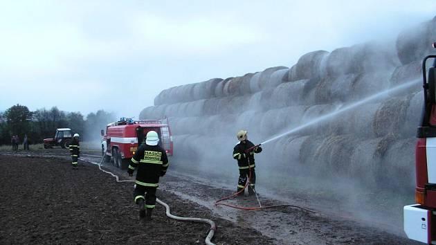 Požár balíků u Řečice zaměstnal sedm hasičských jednotek.