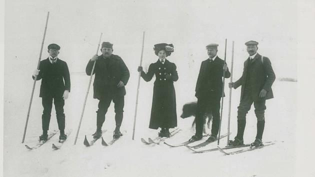 Výstroj prvních lyžařů s jednou holí. Uprostřed slečna Eda Kadlecová.