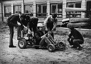 Z historie bývalého strojírenského učiliště (dnes pracoviště Strojírenská žďárské VOŠ a SPŠ) - zkouška motokáry vyrobené v zájmovém kroužku.