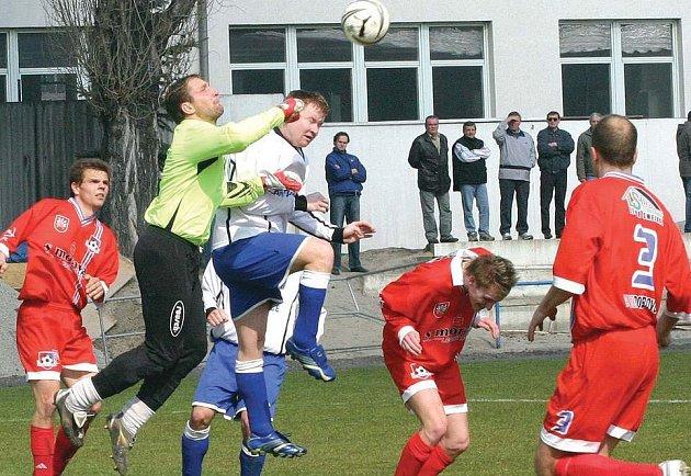 Fotbalisty Velkého Meziříčí (v červeném) povede brněnská dvojice Roman Kotol a Milan Karpíšek.
