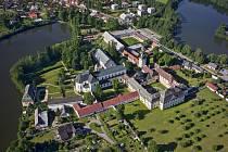 Areál zámku ve Žďáru nad Sázavou.