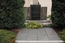 Hrob sovětských vojáků (vpravo) bude do konce roku z areálu kostela na Zelené hoře přesunut do prostoru nového hřbitova.