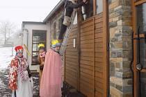 Při koledování v Dlouhém potřebovala ke splnění úkolu tříkrálová družina i žebřík.