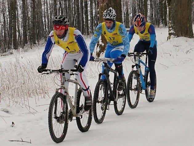 K3 Zimní triatlon vyhrál díky skvělému finiši Jiří Žák (v čele).