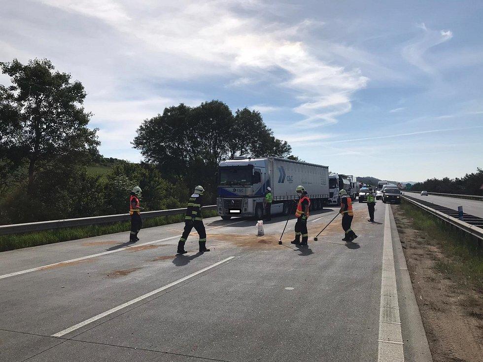 Dálnici D1 na Vysočině zablokovala dopravní nehoda.