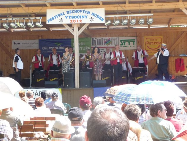 Festival dechových hudeb Vysočiny 2012 ve žďárském zámku provázelo po celé nedělní odpoledne slunečné počasí.