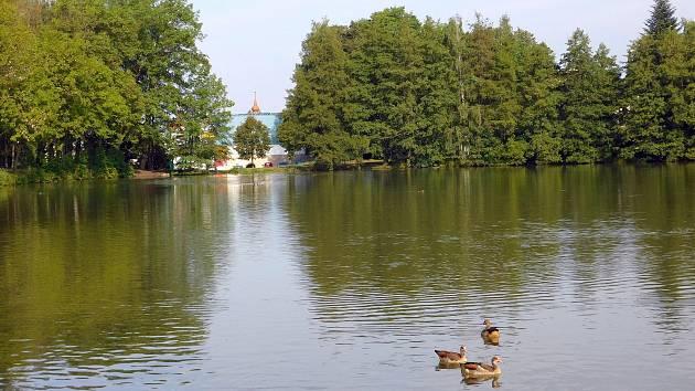 Okolí Horního rybníka lidé rádi využívají k procházkám.