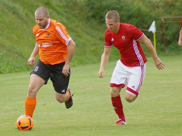 Rozporuplné pocity musejí mít po podzimní části letošní sezony východní skupiny I. B třídy fotbalisté Nedvědice (v červeném) i Štěpánova (v oranžovém). Hráčům SK Pernštejn patří v tabulce osmé místo, Železáři jsou dokonce až poslední.