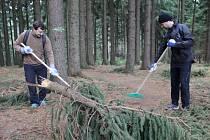 Brigádníci na jaře a na podzim uklízejí novoměstské singltreky.