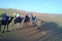 Cesta Saharou na velbloudech a sledování slunce.