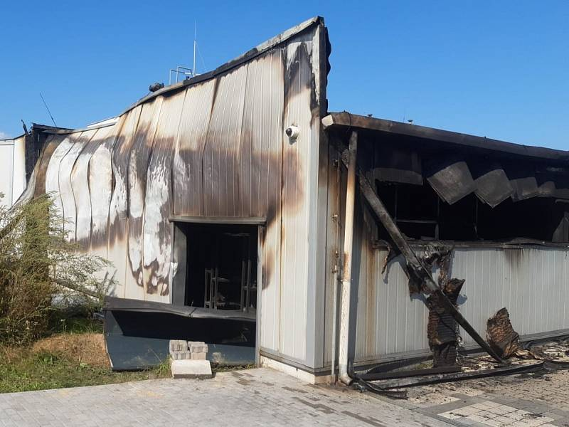 V Čelákovicích hořela výrobní hala.