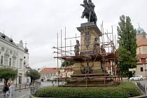 Socha Jiřího z Poděbrad v zajetí lešení