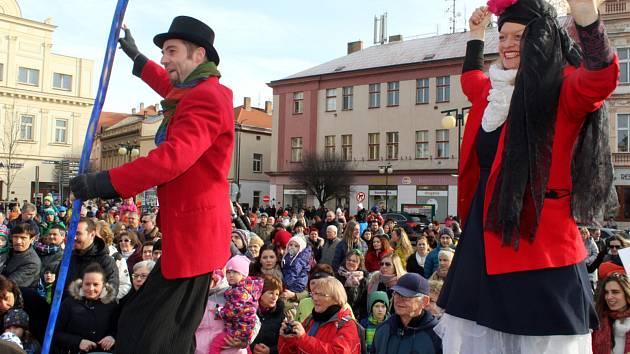 Masopustu se účastnily stovky lidí včetně řady masek.