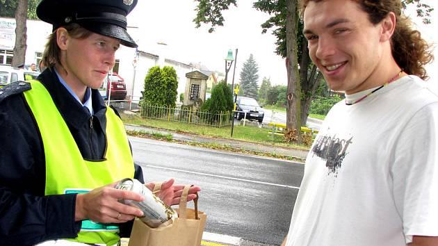 Policisté rozdávali vzorným řidičům nealko pivo