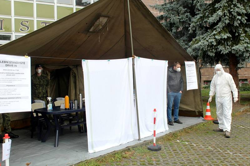 V Nymburce dorazila na parkoviště k Obecnímu domu do půl dvanácté pouze dvě auta.