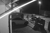 Záběry z kamery, které na sociální síti zveřejnil muž ze Všechlap, jemuž zloději na snímku právě kradou pneumatiky. Policisté už vědí, o koho šlo.