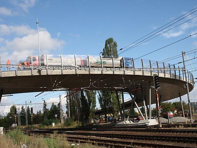 Zátěžová zkouška na železničním nadjezdu v Poděbradech.