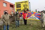 Tibetská vlajka září v Sadské u hlavního tahu na Prahu. Vyvěsil ji aktivista Jaroslav Bahník.