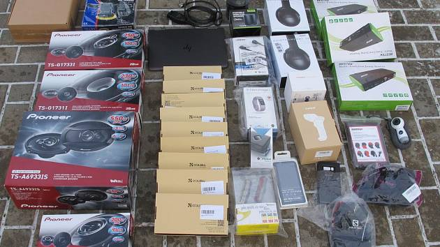 Středočeští kriminalisté zadrželi počátkem letošního prosince organizovanou skupinu zabývající se zcizováním zboží ze zásilek přepravovaných prostřednictvím logistického centra.