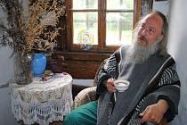 Básník a spisovatel Pavel Zdražil žije na Břístvi u Rožďalovic