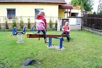 Hřiště děti i přes déšť hned vyzkoušely.