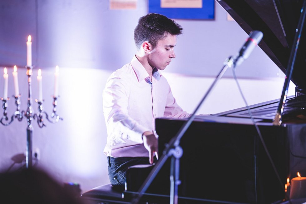 Klavírista a skladatel Pavel Vondráček.