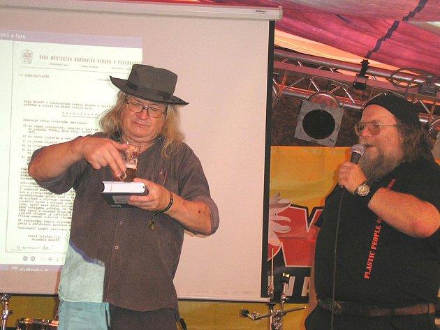 Básník Ivan Martin Jirous, zvaný Magor, pokřtil knihu Vraťta nám vlasy na trutnovském hudebním festivalu