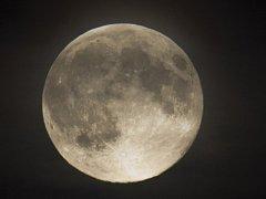 Superměsíc nad Prahou.