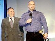 PAVOL DEMČÁK (vpravo), silový trojbojař Sokola Nymburk, se stal vítězem ankety O nejlepšího sportovce Nymburska pro rok 2017.