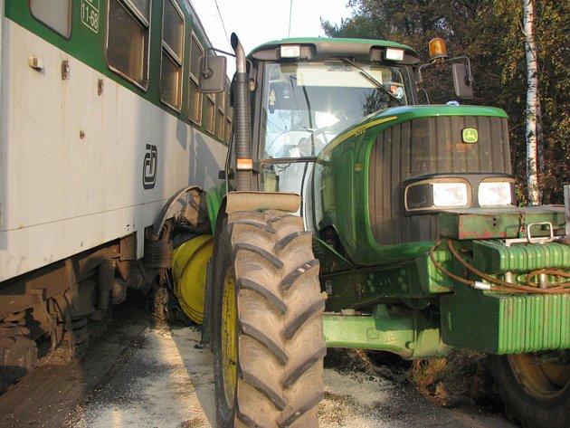 V sobotu odpoledne se srazil u Byšiček rychlík s traktorem. Nikomu se jako zázrakem nic nestalo.