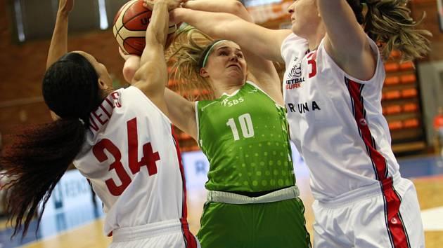 Basketbalistky Nymburka (v bílém) porazily v dalším kole ženské ligy na své palubovce poslední Ostravu o dvacet bodů 88:68.