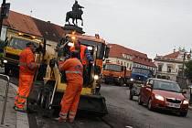 Frézování silnice komplikuje dopravu v centru Poděbrad