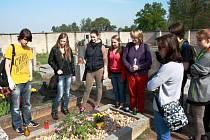 Studenti lyské akademie u Hrabalova hrobu